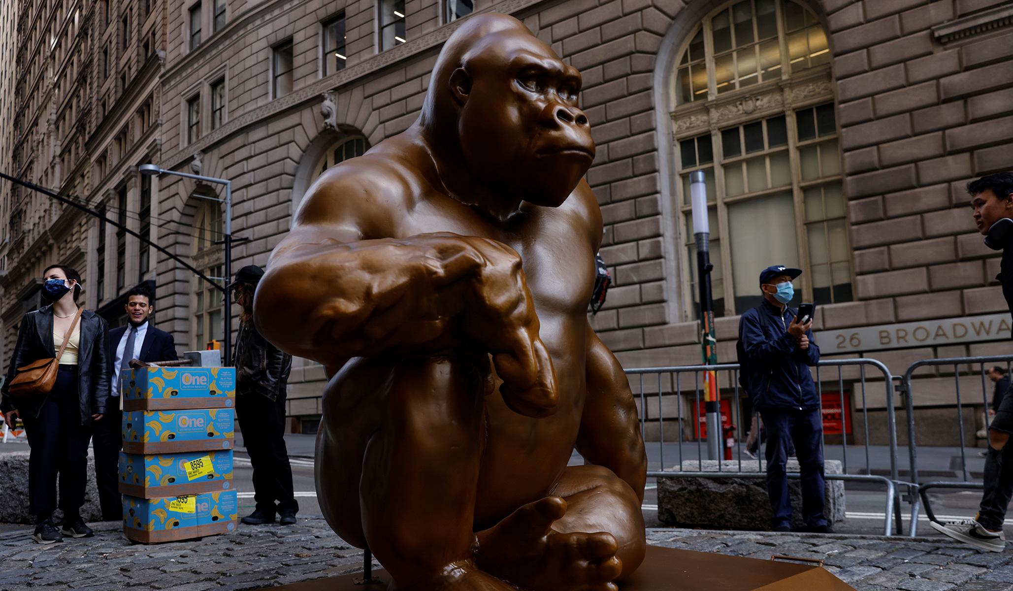 Harambe Returns: Patung Gorila Mati di NYC